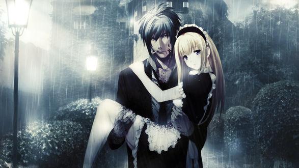 Обои Парень запачканный кровью, с сигаретой в зубах, держит на руках девушку в костюме горничной под дождем