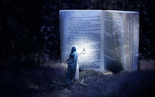 Обои Девушка держа в руке горящую лампу подошла к большой открытой книге