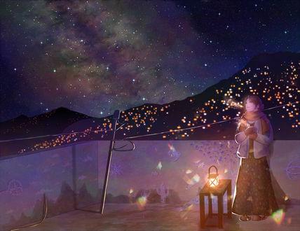 Обои Девушка с кружкой в руках стоит на крыше дома, любуясь звездным небом