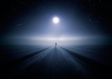 Обои Человек идущий по дороге на фоне звездного неба и луны
