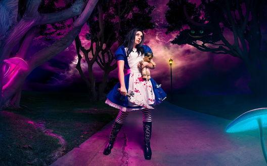 Обои Косплей Alice / Алиса из игры American McGees Alice: Madness Returns с окровавленным ножом в руке