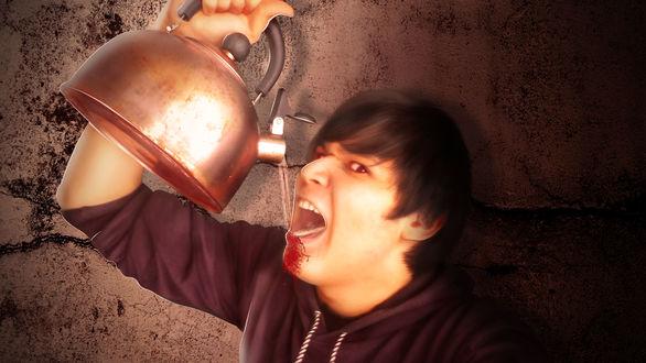 Обои Парень пьет воду из чайника