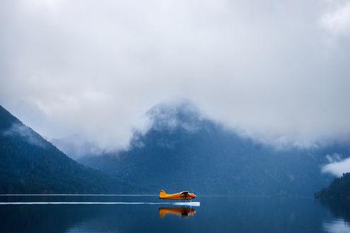 Обои Самолет на воде на фоне гор в облачной дымке, фотограф Chris Burkard