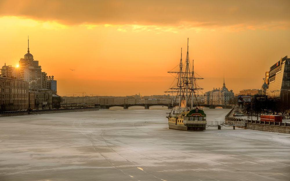 Обои для рабочего стола Восход солнца над замерзшей Невой / St. Petersburg, Russia