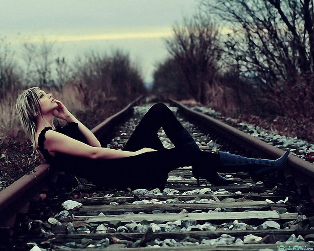 Девушка лежит в одежде фото фото 444-861