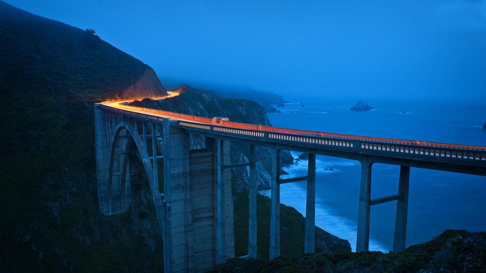 Обои для рабочего стола Знаменитый мост в Биг-Суре — живописном районе на побережье центральной Калифорнии между Лос-Анджелесом и Сан-Франциско