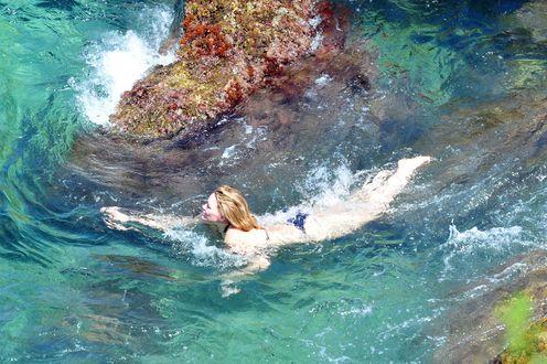 Обои Хилари Эрхард Дафф / Hilary Erhard Duff / американская актриса, певица, предприниматель, модель и продюсер плывет в морской воде, вокруг камня