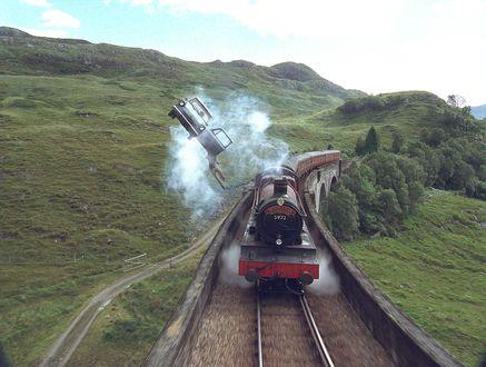 Обои Фрагмент фильма Гарри Поттер и тайная комната. Поезд мчится по рельсам, вслед за ним летит легковой автомобиль