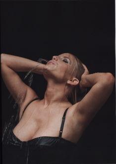 Обои Джессика Энн Симпсон / Jessica Ann Simpson / американская певица, актриса, телеведущая и дизайнер стоит под струями воды в мокром облегающем платье, подняв вверх руки и выпускаю со рта струйку воды