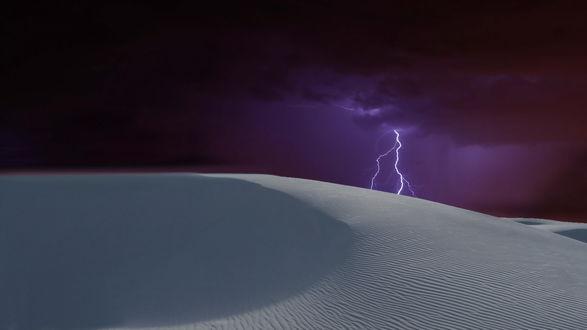 Обои Яркие разряды молний в ночном, фиолетовом небе над песчаными барханами