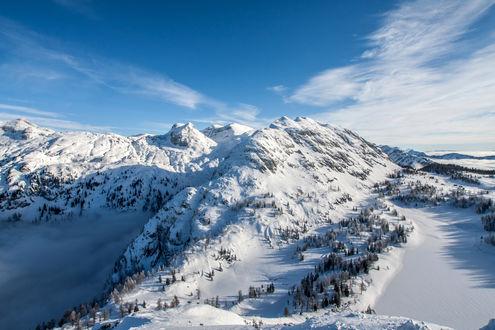 Обои Величественное, горное образование с густым, молочным туманом в лощинах на фоне синего неба с белыми, кучевыми облаками