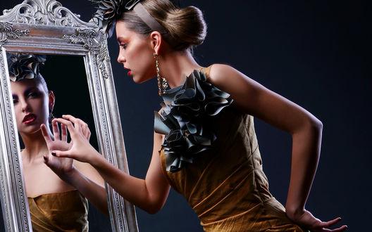 Обои Девушка смотрит на свое отражение в зеркале, протянув к нему руку
