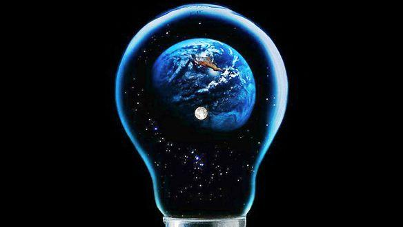 Обои Внутри лампочки находится голубая планета Земля с Луной