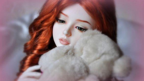 Обои Девушка с рыжими волосами прижимает к себе игрушку в виде белого плюшевого медвежонка