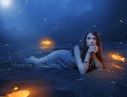 Обои Темноволосая девушка, лежащая в прибрежной, морской воде в окружении парящих в воздухе золотых, светящихся рыб на фоне пасмурного, ночного неба с лунным светом, автор MIRELLA SANTANA