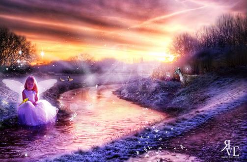 Обои Милая, светловолосая девочка в пышном белом платье с ангельскими крылышками за спиной, сидящая на берегу реки, покрытым инеем в окружении порхающих бабочек, птички, сидящей у нее на колене, с олененком, стоящим на противоположном берегу на фоне заката на вечернем небосклоне с цветными облаками, автор RazielMB