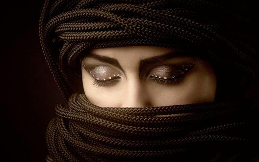 Обои Девушка с закрытыми глазами, с макияжем на веках, с головой обмотанной черными веревками