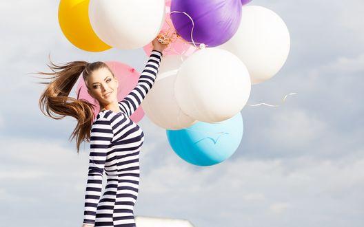 Обои Девушка в полосатом платье держит воздушные шары