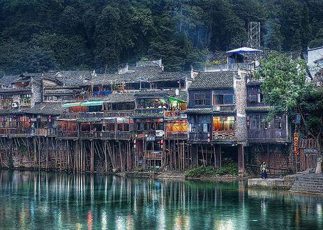 Обои Дома нависшие над рекой, Гонконг, Китай, фотограф Трей Ретклифф / Trey Ratclif /