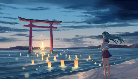 Обои Санаэ Кочия / Sanae Kochiya стоит на пляже, где плавают огненные фонарики, перед вратами Тории, за которыми виднеется силуэт Сувако Мория / Suwako Moriya, из серии игр и аниме Тохо / Touhou Project