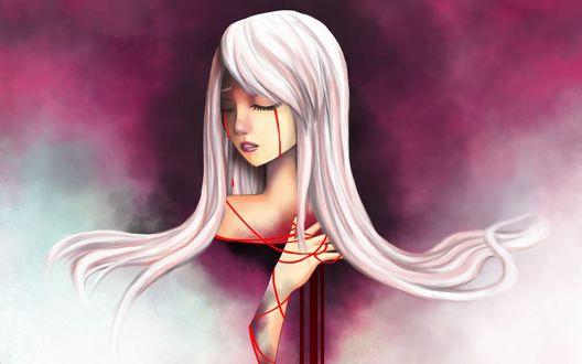 Обои Светловолосая девушка стоящая в бело-розовом дыму плачет кровавыми слезами и прижимает к груди руку обмотанную красной лентой