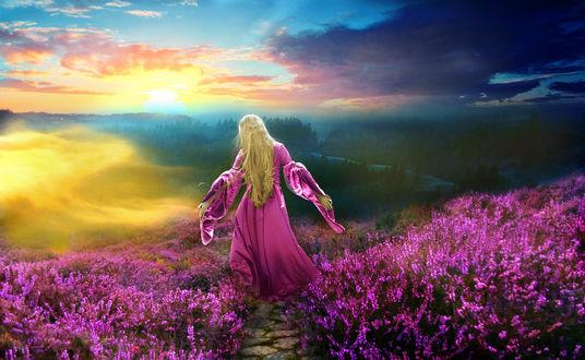 Обои Девушка на рассвете стоит в поле цветов под лучами восходящего солнца