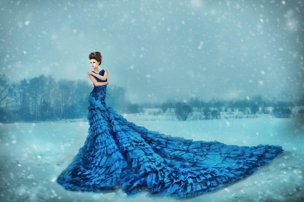 Девушка в платье в снегу