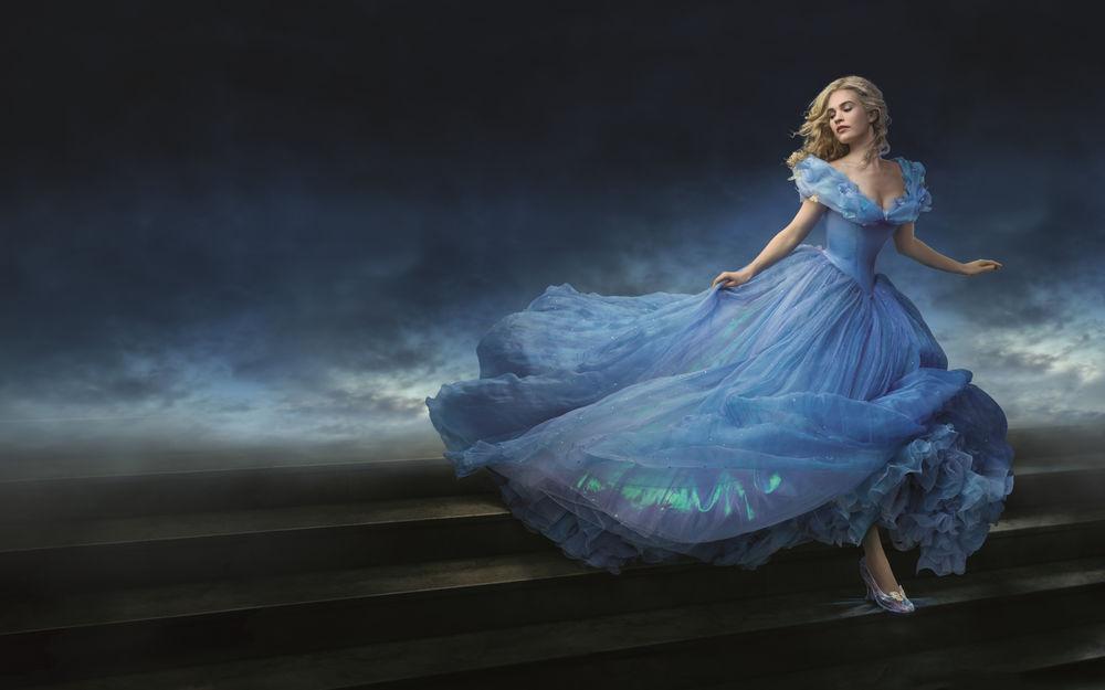 Обои для рабочего стола Актриса Лили Джеймс / Lily James в роли Золушки / Cinderella из одноименного фильма сказки, в пышном голубом платье сбегает по лестнице вниз
