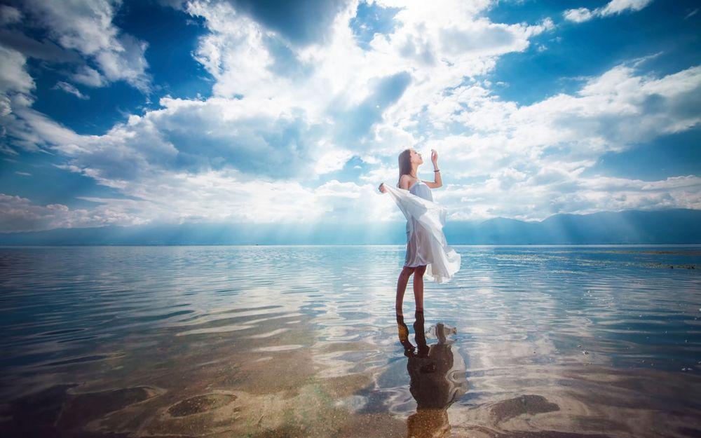 Девушка в воде в белом платье