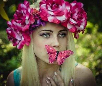 Обои Девушка в венке из цветов и бабочкой на губах