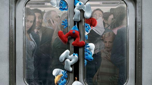 Обои Люди с ужасом смотрят, как в дверях вагона метро зажало смурфиков