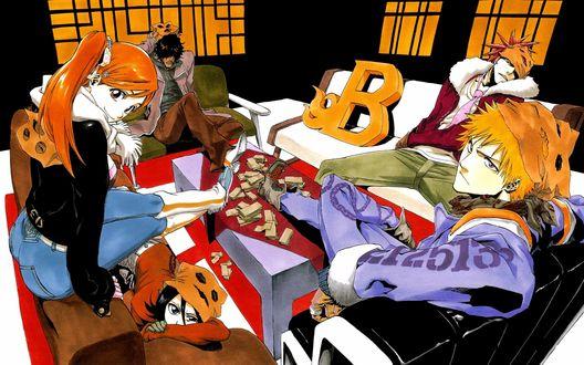Обои Друзья из аниме Блич / Bleach с масками из бумажных пакетов на головах расположились на диванах перед столом с бумажками