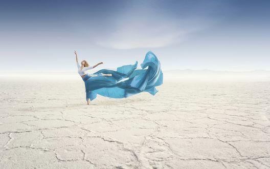 Обои Девушка танцующая в пустыне