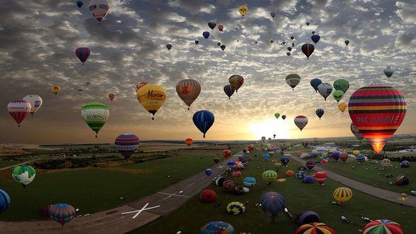 Обои Спортивное состязание на воздушных шарах при закате Солнца