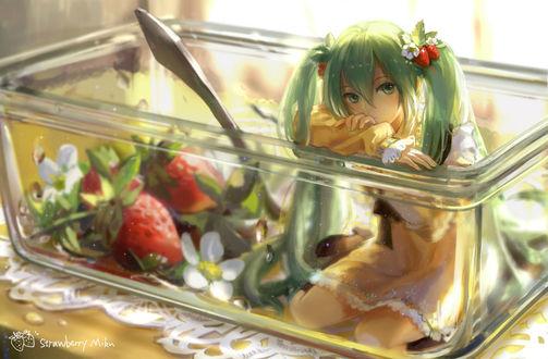 Обои Vocaloid Hatsune Miku / Вокалоид Хатсуне Мику сидит в контейнере с клубникой
