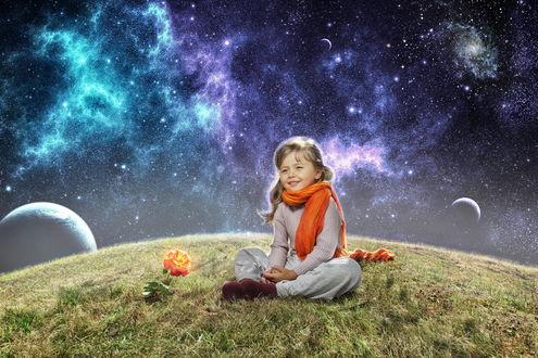Обои Девочка сидит на пригорке рядом в цветущей розой на фоне космоса