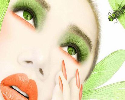 Обои Девушка эльф с зелеными глазами, зеленым макияжем подняла глаза вверх, смотрит на стрекозу и держит пальцы руки у лица