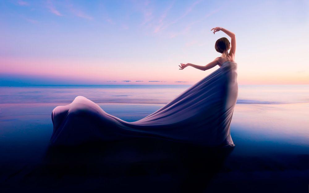 В длинном платье на море фото