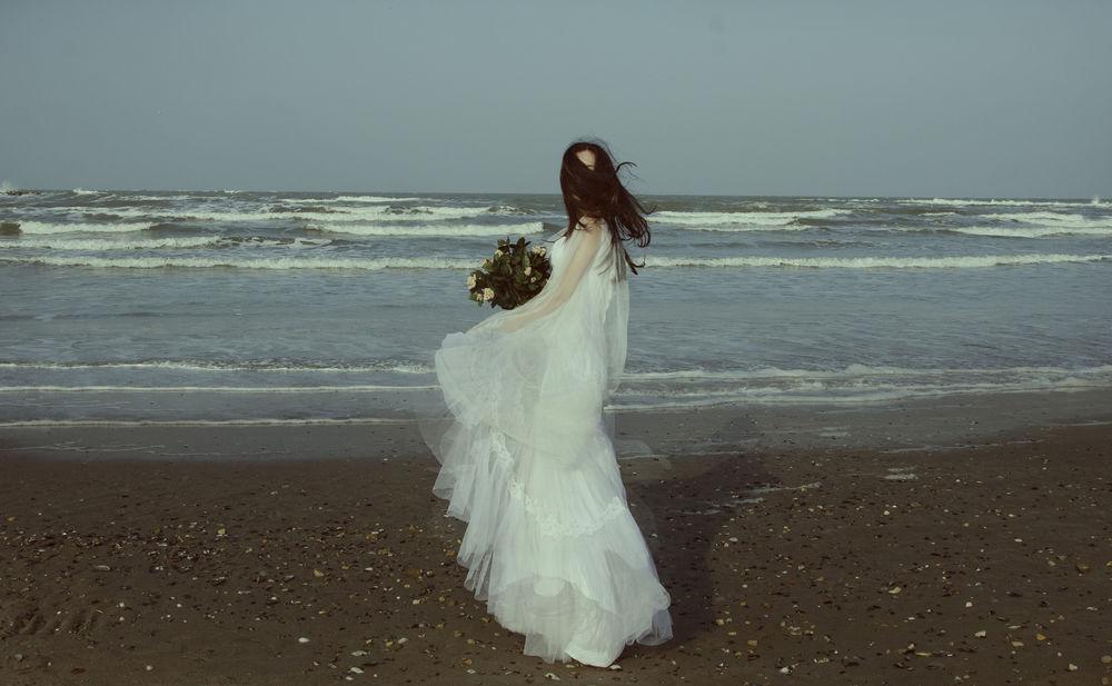 Обои для рабочего стола Девушка в свадебном платье и с букетом цветов на берегу моря, ву Michelle De Rose