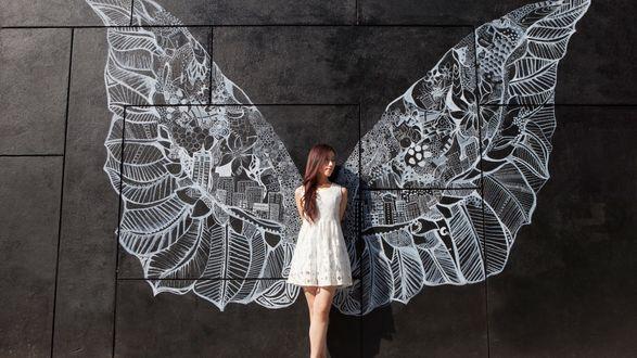 Обои Девушка, с нарисованными на стене крыльями