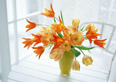 Обои Яркие тюльпаны в вазе на столе