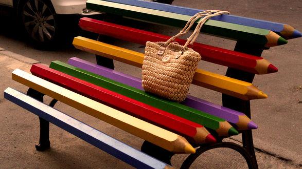 Обои Креативная скамейка из карандашей, на ней соломенная сумочка