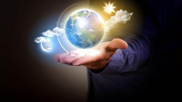 Обои Мужчина держит на руке часть вселенной с планетой Земля, Солнцем, небом и тучами
