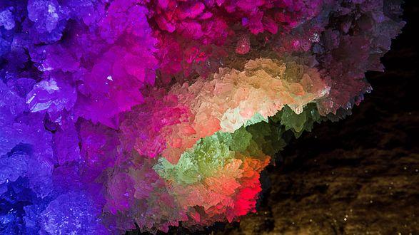 Обои Разноцветные образования в пещере