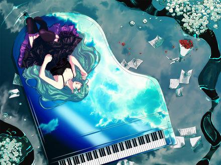 Обои Vocaloid Hatsune Miku / Вокалоид Хатсуне Мику лежит на рояле, отражающем небо, вокруг ноты и цветы