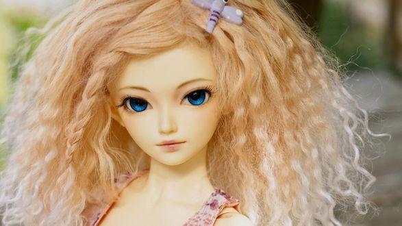 Обои Кукла в стиле аниме с кудрявыми волосами и большими голубыми глазами
