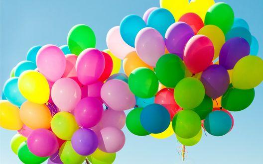 Обои В небо поднимаются две связки разноцветных воздушных шаров