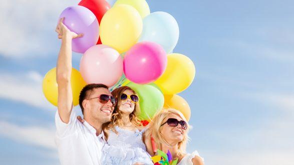 Обои Счастливая семья с разноцветными шариками на фоне голубого неба