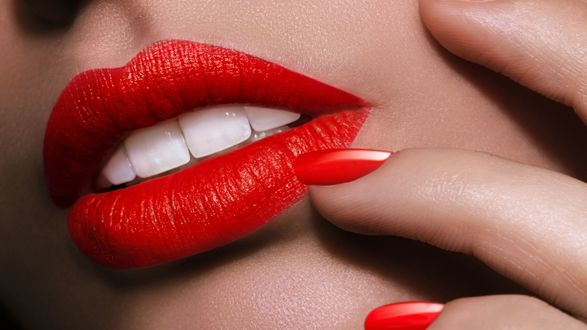 Обои Красивые алые губы с белыми зубками, алый маникюр, гламур