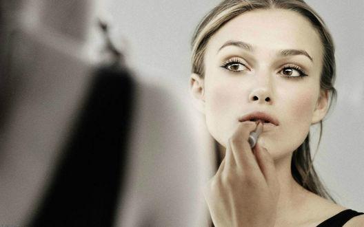 Обои Актриса Кира Найтли / Keira Khightley красит губы помадой перед зеркалом